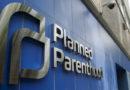 Retiran uno de los dos cargos al denunciante de Planned Parenthood.